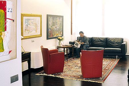 La sala d'attesa accoglie con l'intimità e la serenità di una casa.